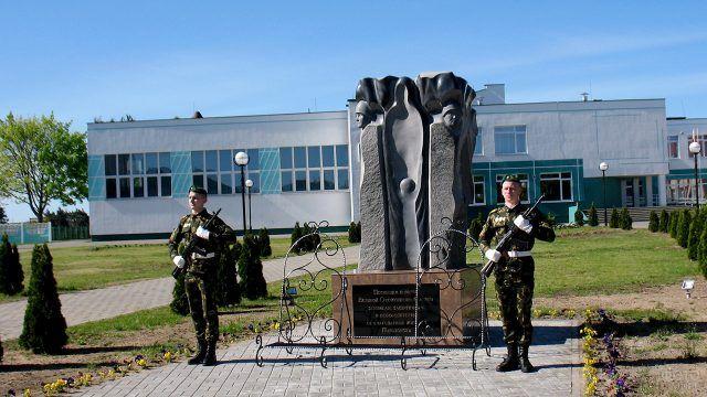 Почётный караул у памятника воинам ВОВ в Пинске