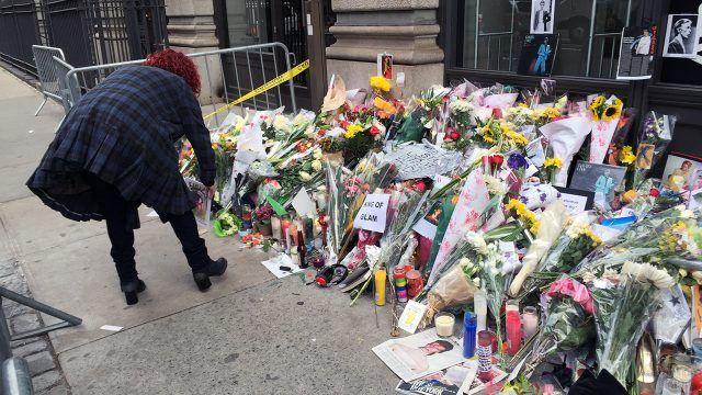 Спонтанный мемориал памяти Дэвида Боуи в Нью-Йорке