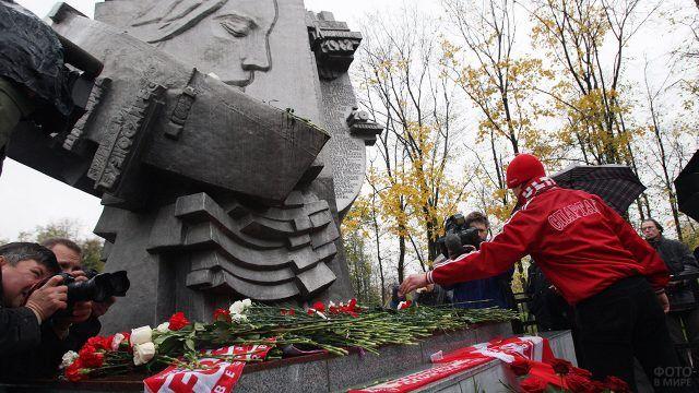У памятника Погибшим на стадионах в московских Лужниках