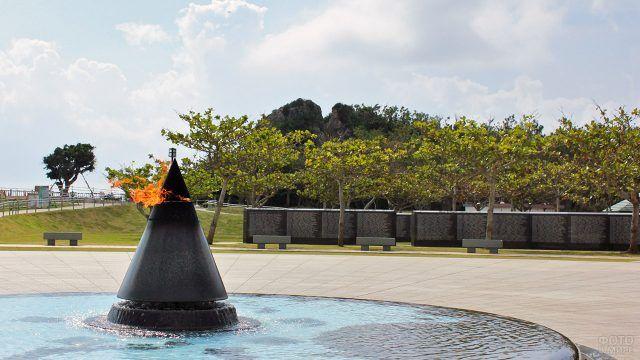 Вечный огонь на Окинаве в память павших во время Второй Мировой войны