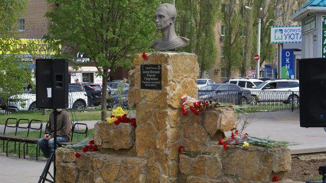 Волгодонский памятник герою-десантнику украшенный гвоздиками
