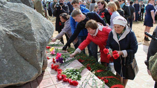 Возложение цветов к памятнику погибшим в годы ВОВ