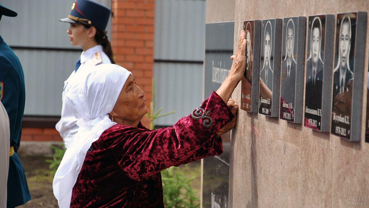 Женщина у памятника героически погибшим полицейским в Кокшетау