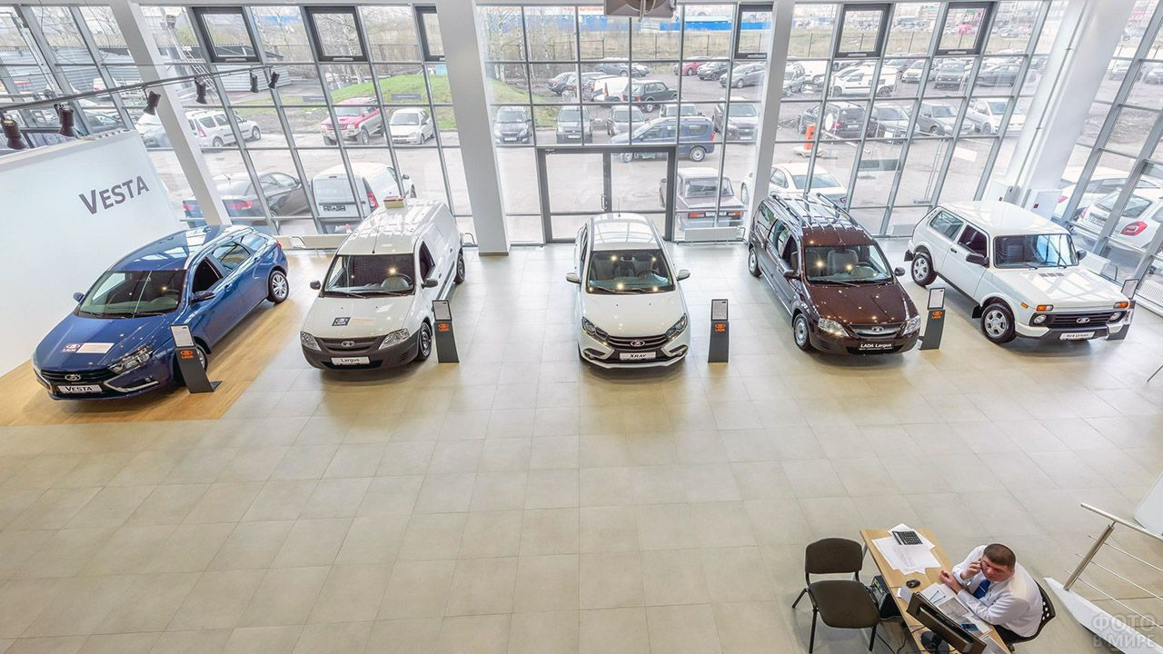 Автомобили Лада Веста в салоне продаж