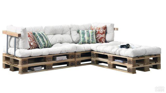 Белая мягкая обивка дивана из поддонов