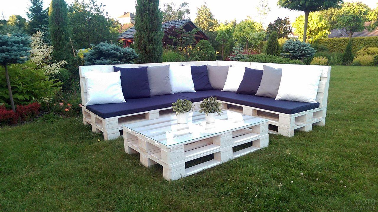 Белая паллетная мебель для сада с контрастным текстилем