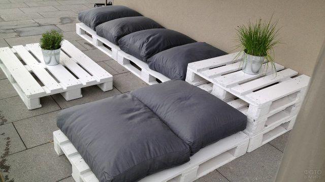 Белый диван с чёрными подушками из поддонов
