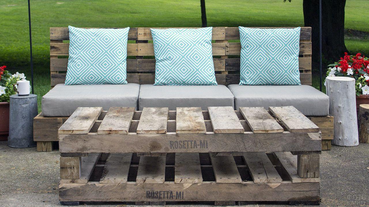 Декор дивана из паллет с бирюзовыми подушками