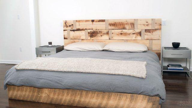 Геометричное изголовье кровати из поддонов