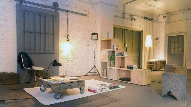 Интерьер в стиле лофт с мебелью из поддонов