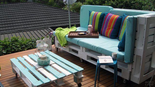 Яркий декор садовой мебели из поддонов