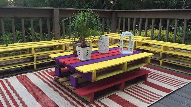 Яркий контрастный стол из поддонов для веранды