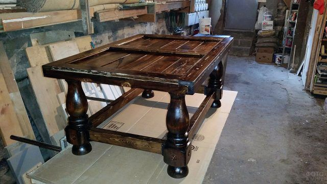 Эксклюзивный стол со столешницей из паллет с точеными ножками