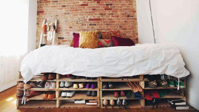 Кровать из поддонов с подставкой для обуви в спальне-лофт