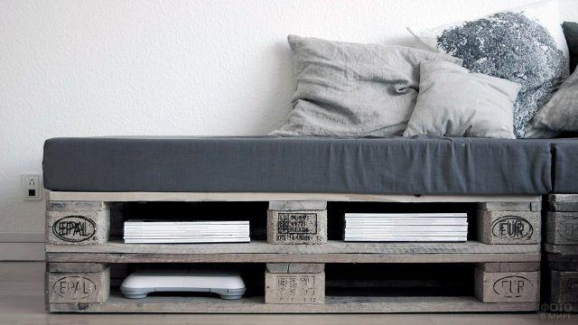 Кушетка из паллет с серыми подушками