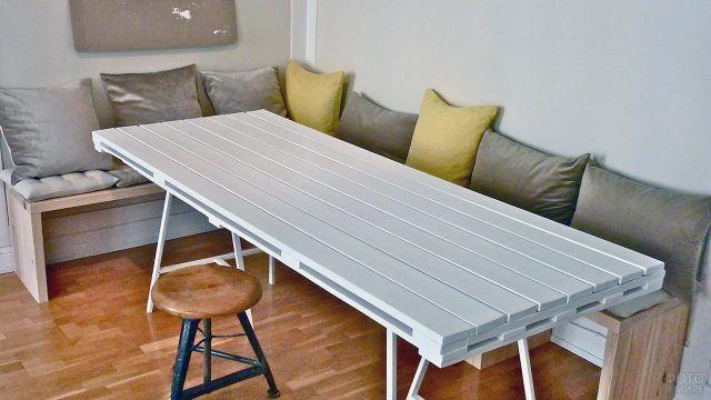 Лаконичный белый стол из поддонов для стильной столовой