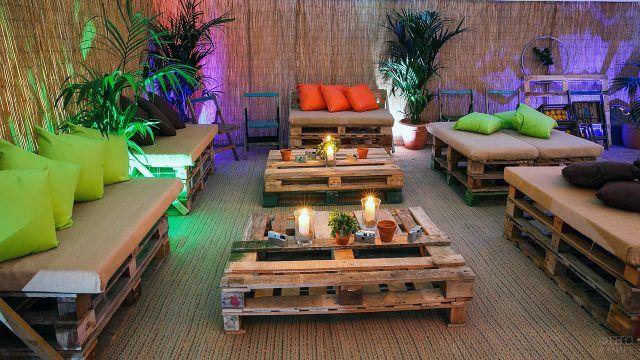 Лаунж-зона с паллетной мебелью в ориентальном стиле