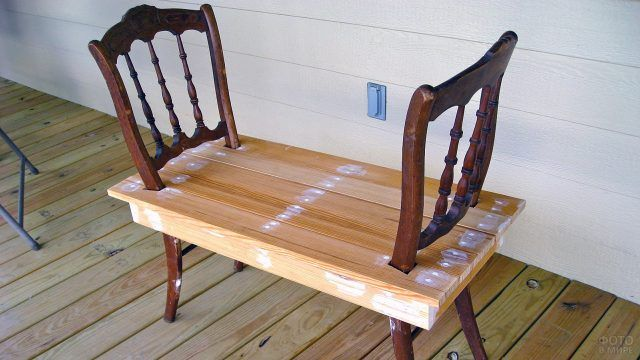 Лавочка из старых стульев и поддона