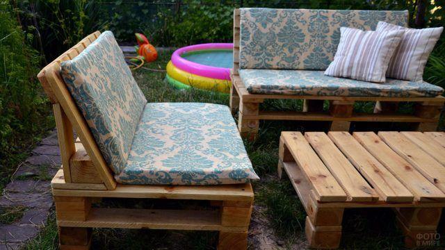 Мебель из поддонов на лужайке с надувным бассейном