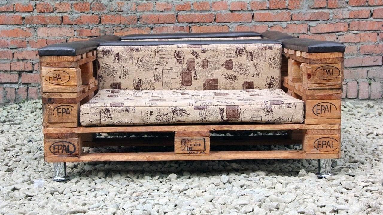Мягкий диван из поддонов для современного лофта