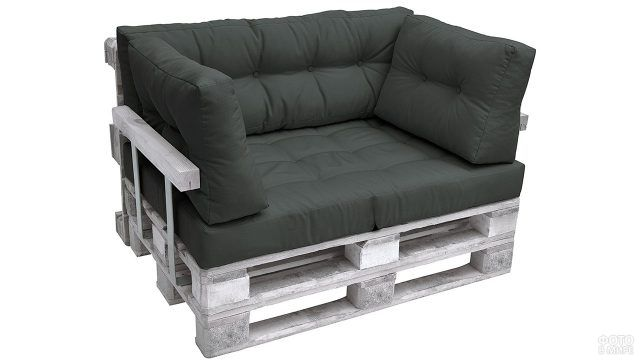 Модное паллетное кресло с чёрной обивкой