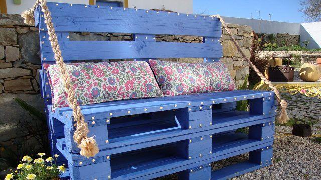 Оригинальный синий диван из паллет с яркими подушками