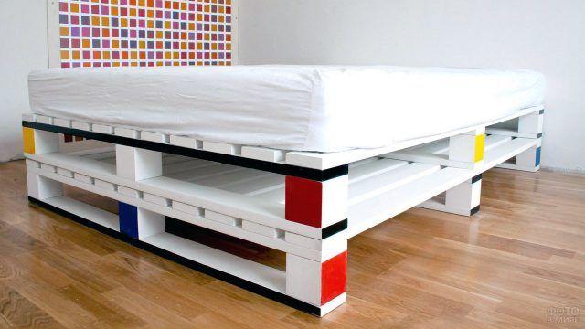 Основание кровати из паллет раскрашенное в стиле Мондриана