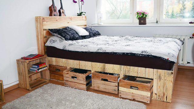 Паллетная кровать с выдвижными ящиками