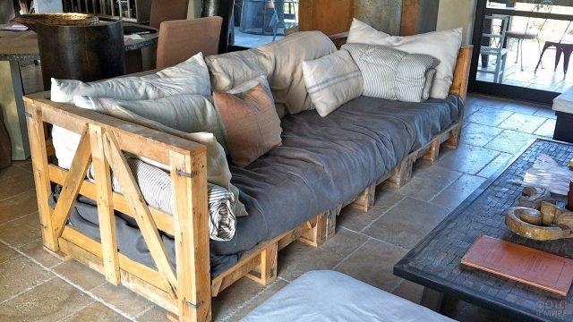 Паллетный дизайн в сельском стиле с серыми холщёвыми подушками