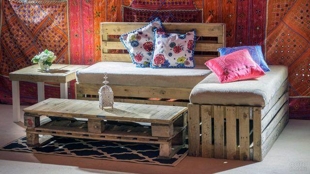 Паллетный уголок с текстильным декором в индийском стиле