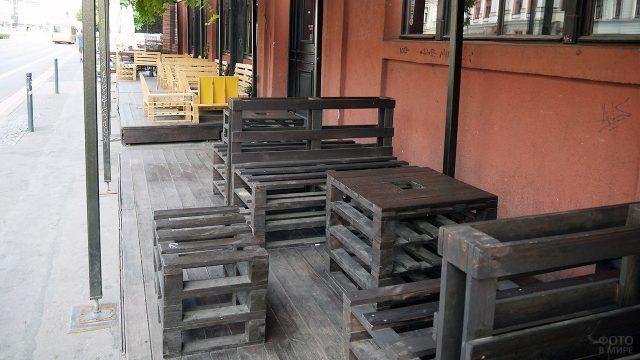 Садовая мебель для веранды из паллетов обработанных морилкой