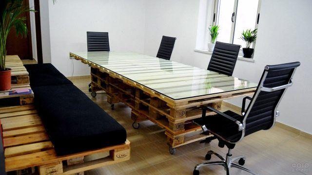 Стильная паллетная мебель для переговорной