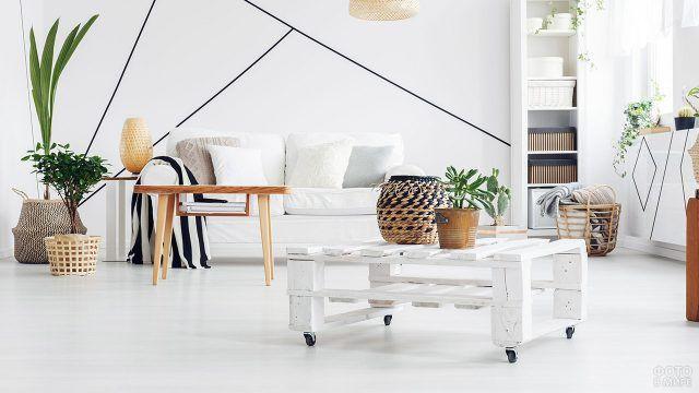Столик из паллет в белой гостиной