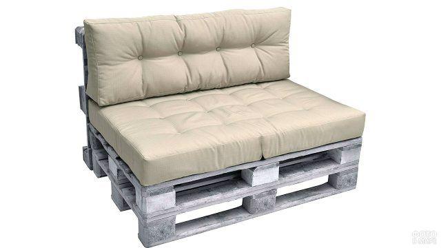 Светлый паллетный диванчик без подлокотников