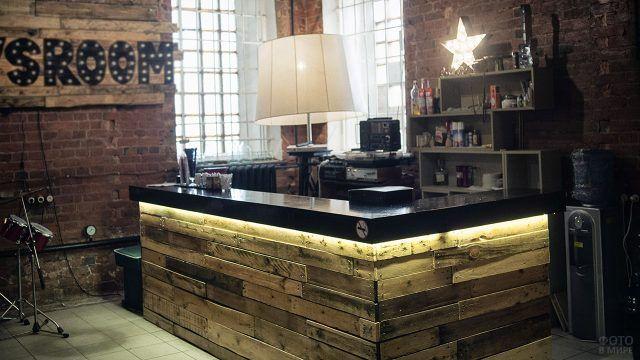 Уютный бар из паллет в стильной гостиной