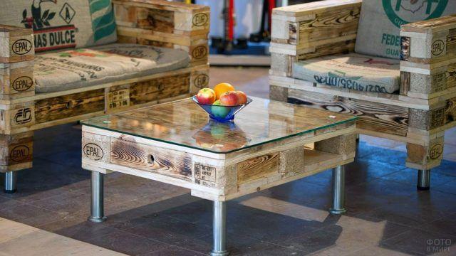 Ваза с фруктами на журнальном столике и нарядная мебель