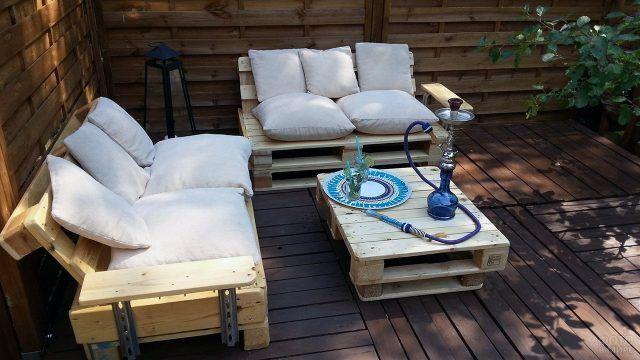 Веранда с мебелью из паллет и кальяном