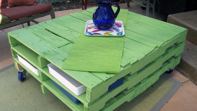 Зелёный журнальный столик из паллет