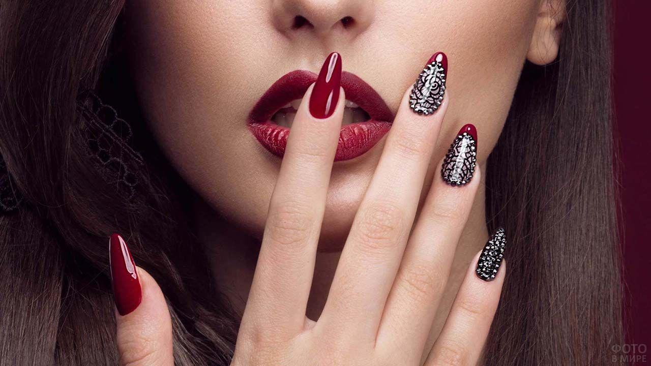 Бордовый маникюр со стразами на красивых длинных пальцах