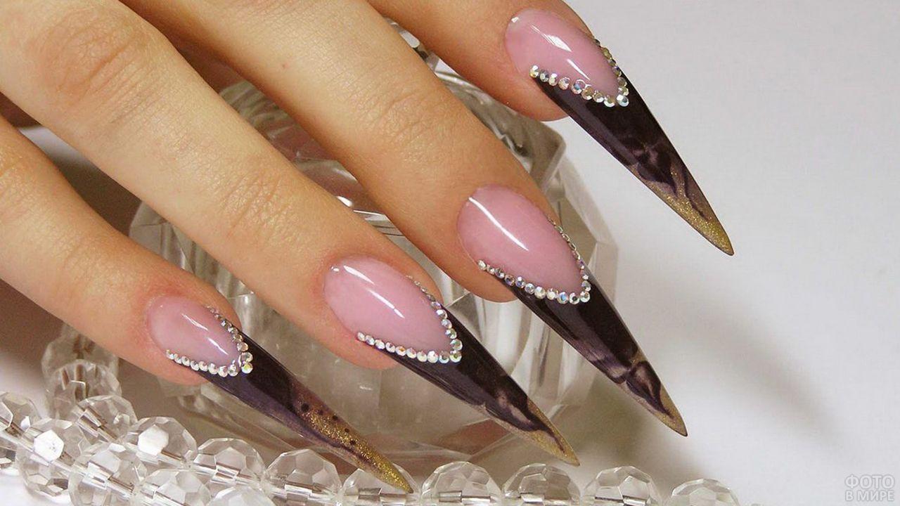Чёрно-розовый стилизованный френч-маникюр на удлинённых стилетах