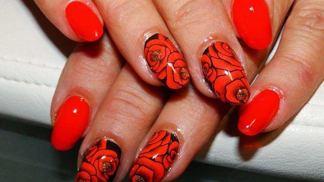 Двухцветная роспись ногтей с классическим красным маникюром