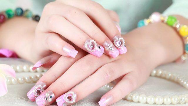 Карамельно-розовый маникюр с декором сердечками и жемчужинками