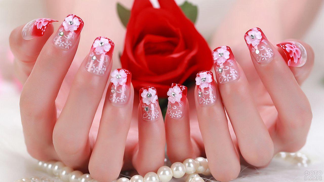 Красно-розовый омбре-маникюр с украшениями цветами и росписью со стразами