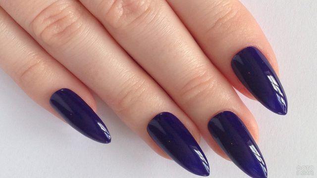 Маникюр чернильно-синего цвета на длинных ногтях