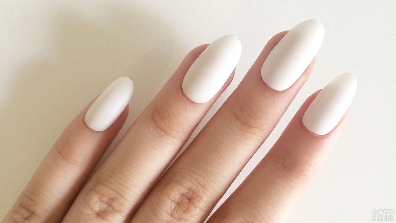 Матовые накладные ногти цвета слоновой кости