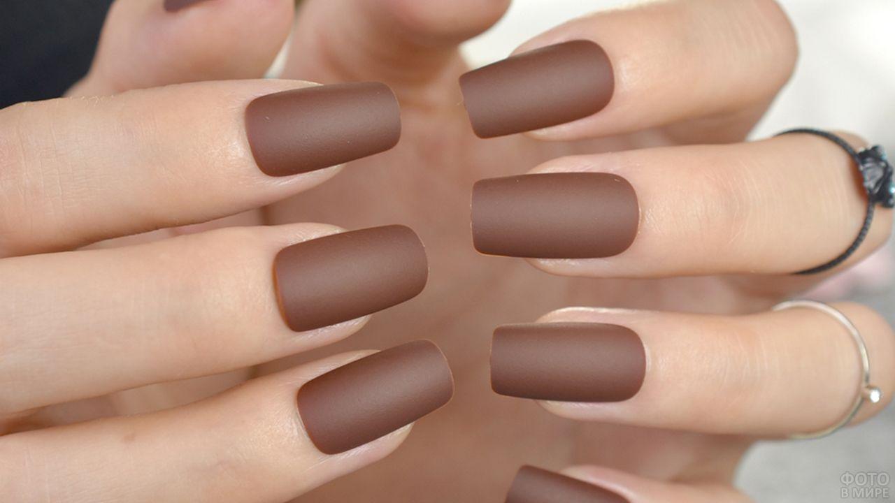 Матовые накладные ногти прямоугольной формы цвета мокко