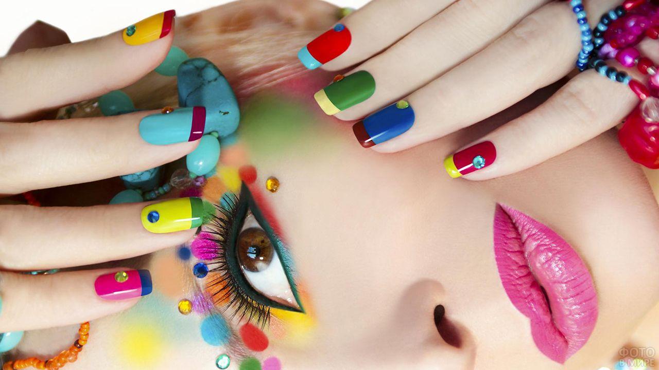 Разноцветный креативный френч-маникюр и стразы