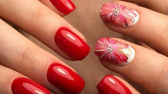 Роспись красными цветами по белому при красном маникюре