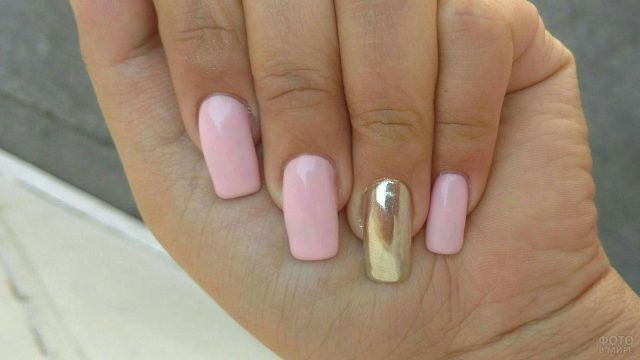 Розовые накладные ногти прямоугольной формы с золотым декором