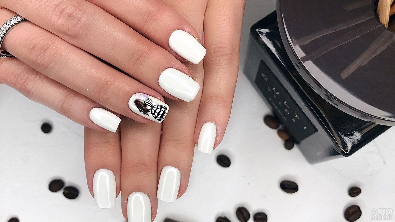 Стильный белый маникюр на прямоугольных ногтях
